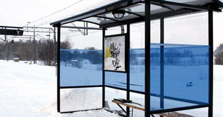 Glass i busskur og holdeplasser