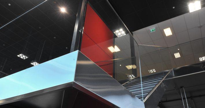 Glass&Fasade: Glassrekkverk i glass innspent i rustfritt og syrefast staal. Brennes Auto Sarpsborg. Foto: Kjetil Hegge