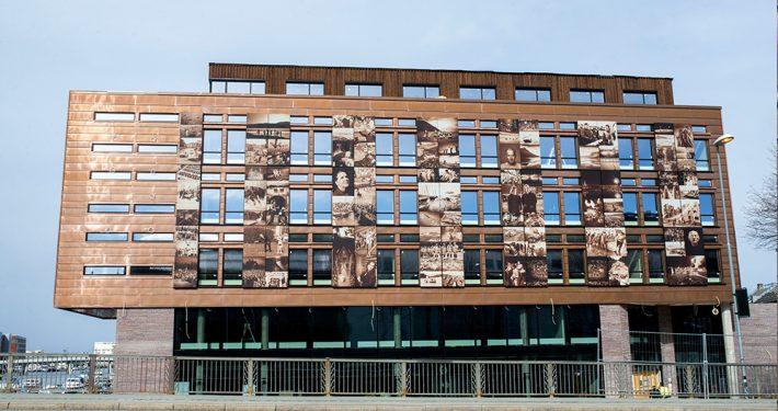 Solskjerming, Adresseavisens bygning prydes av egne pressefoto. Foto: Lena Knutli ©Adressa
