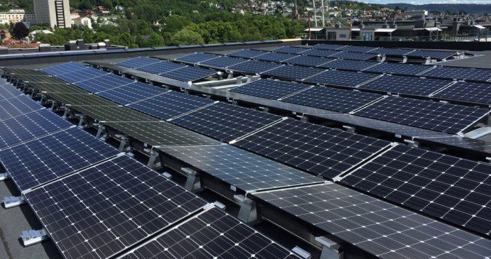 Glass med solceller i taket.