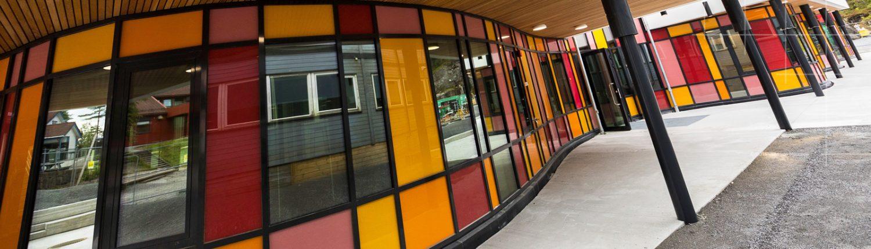 Elektrokrome glass i Alvøen skole. Foto © Otto von Munchow